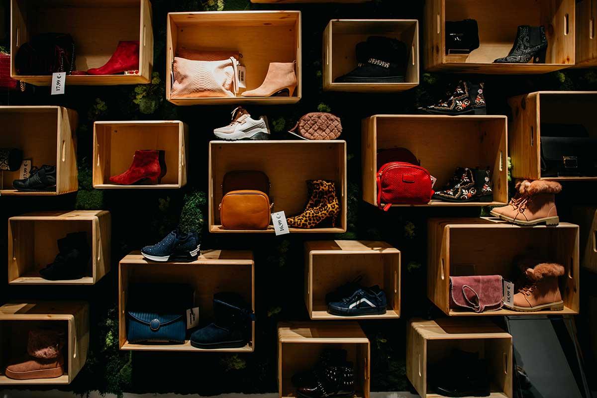 tienda de moda con cajas de madera