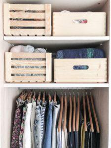 cajas de madera para ordenar ropa en armario