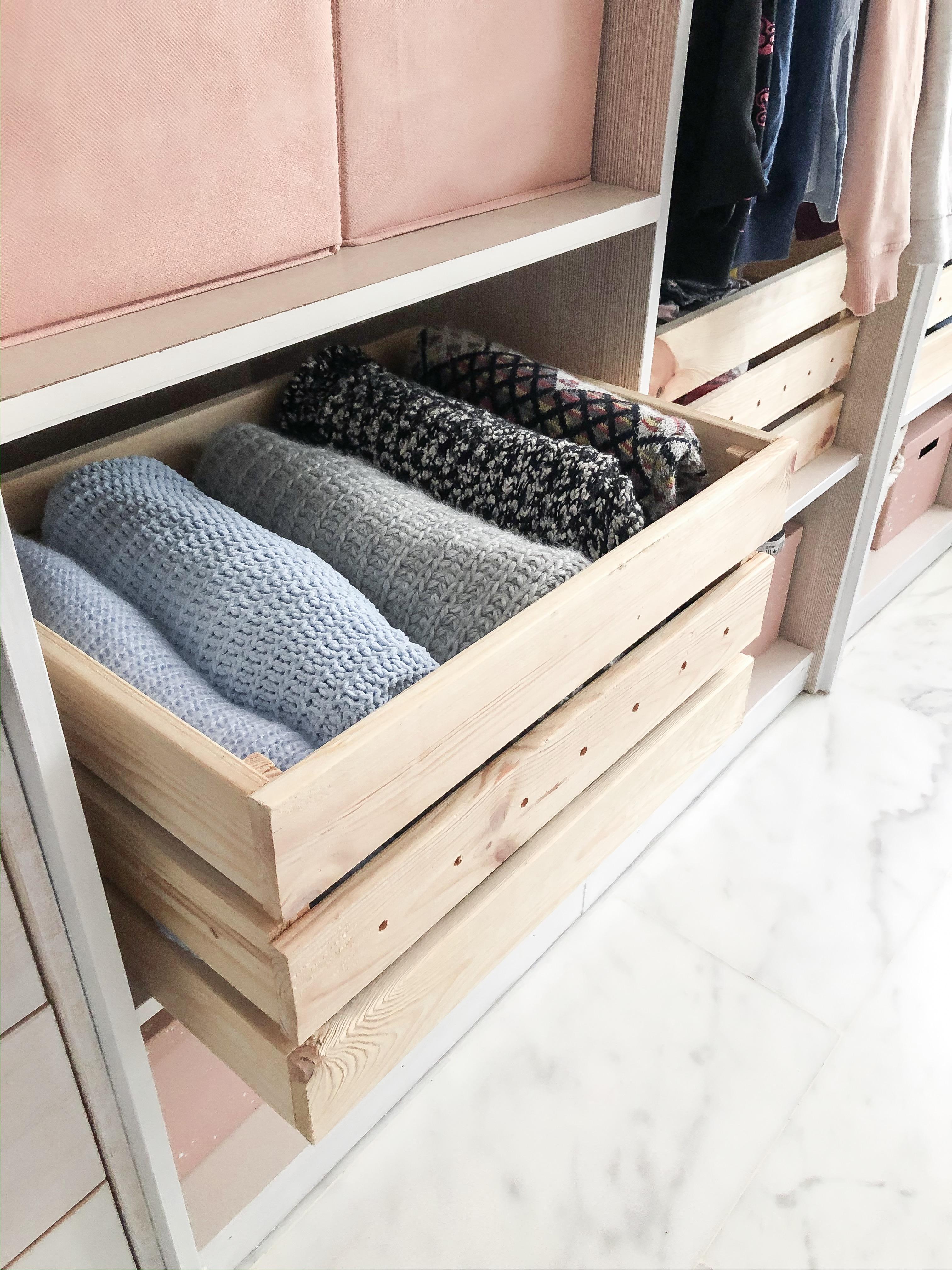 caja de madera orden en armario